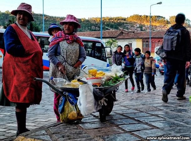 Children in typical Peruvian mantas