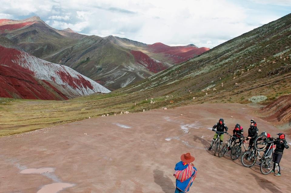 Palcoyo teczowe gory w Peru na rowerze