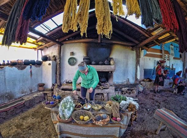 Lesson-of-textiles-near-Cusco,-Peru