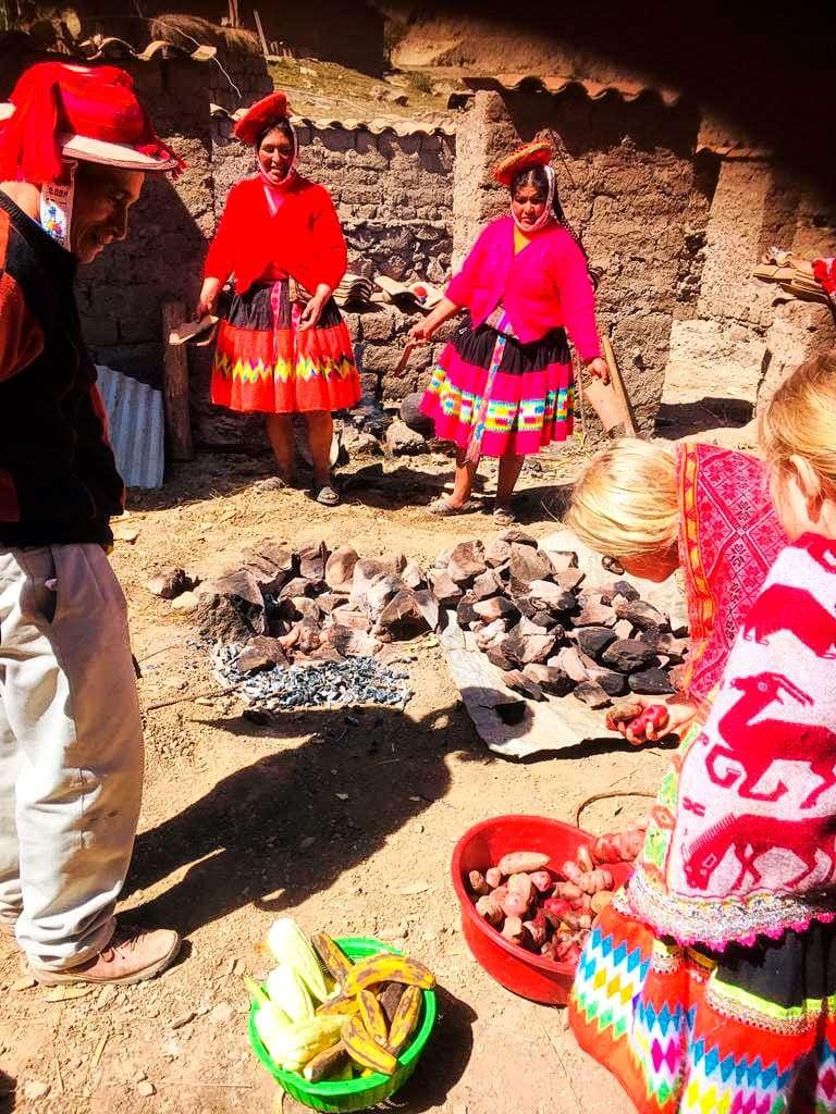 Dzieci na wakacjach w Peru gotowanie w Andach